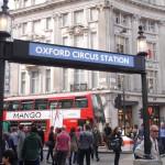 Os jovens vão a oxford circus este Verão