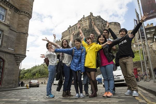 vidaedu Edinburgh - looking up to the castle