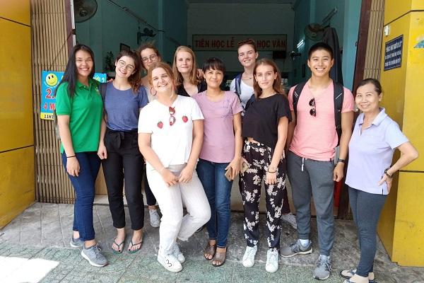 vidaedu voluntarios food shop vietname