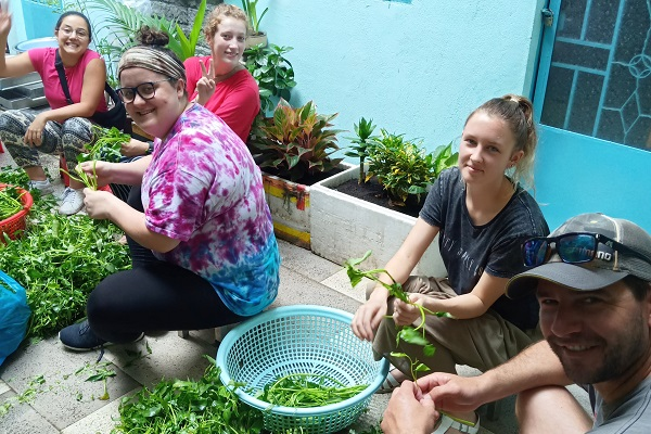 vidaedu voluntarios washing vegetable vietmane asia